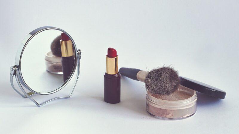 cosmetici su sfondo bianco