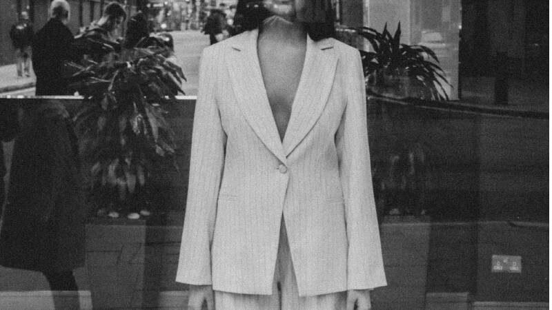 donna con tuxedo bianca