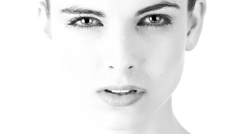 volto donna desaturato