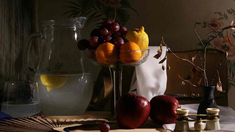 Acqua e frutta in primo piano